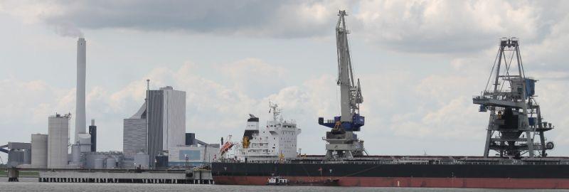 Sinnbild veralteter energiepolitik. Kohlekraftwerk mit Pier in Wilhelmshaven | Foto: Ulf Berner